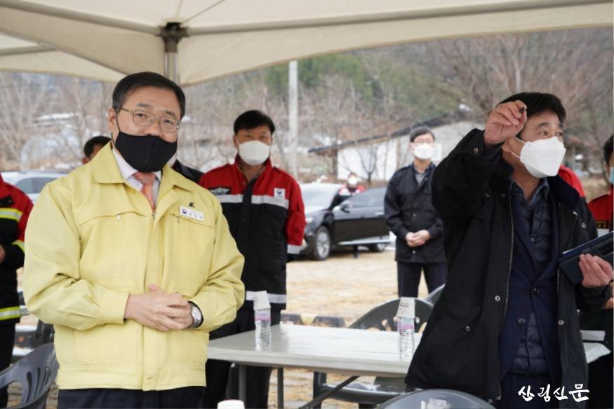 사진2_최병암 산림청 차장(왼쪽) 안동시 임동면 산불 피해지 점검.JPG
