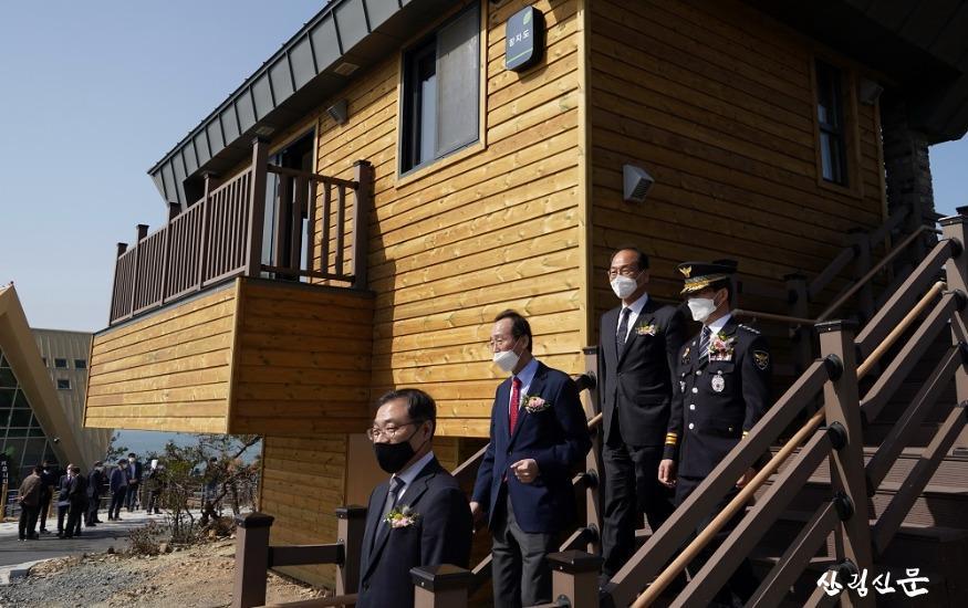 사진4_최병암 산림청 차장(왼쪽 첫번째) 국립신시도자연휴양림 시설 관람.jpg
