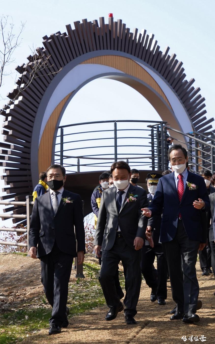 사진5_최병암 산림청 차장(왼쪽 첫번째) 국립신시도자연휴양림 시설 관람.jpg