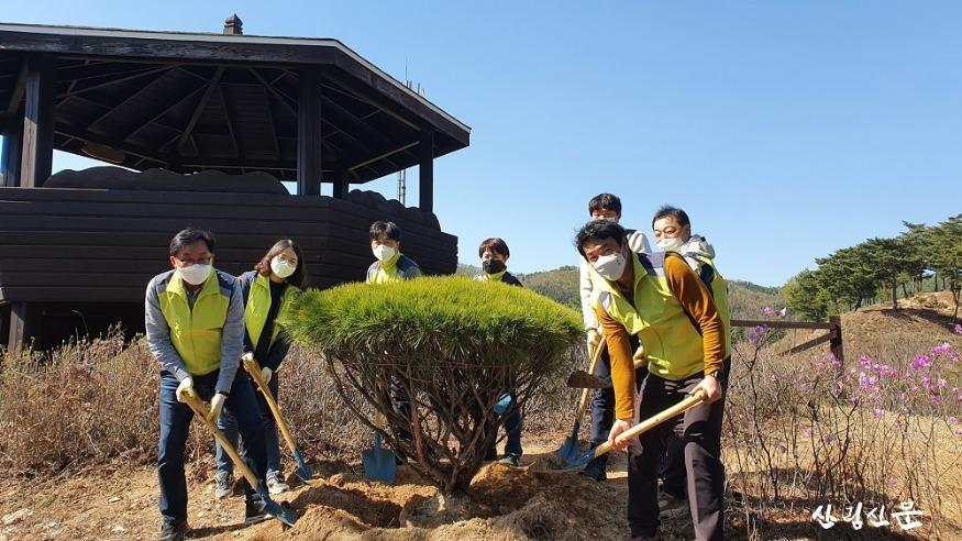 (사진1)국립하늘숲추모원 식목행사(임직원).jpg