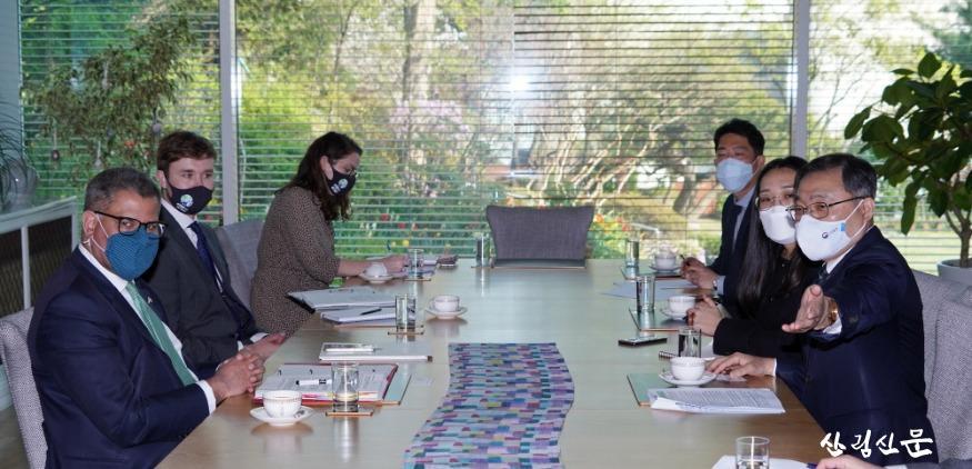 사진_최병암 산림청장(오른쪽 첫번째) 알록 샤마 '제26차  유엔기후변화협약 당사국 총회' 의장(왼쪽 첫번째) 면담.jpg