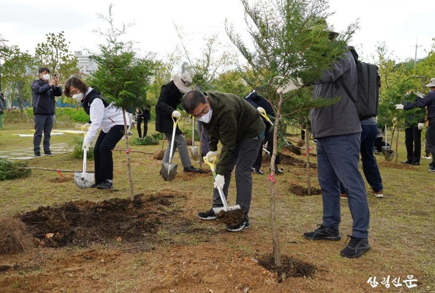사진2_최병암 산림청장(가운데) 목재분야 기업인과 탄소중립의 숲 조성 나무심기.JPG