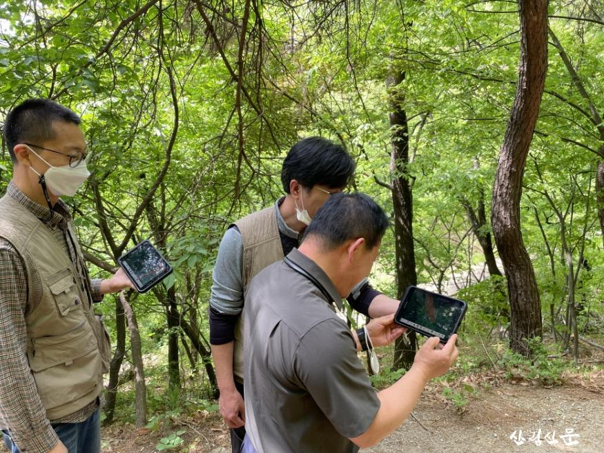 사진1_산림특별사법경찰이 전자도면을 이용해 무단훼손지 여부를 확인하고 있다.jpg