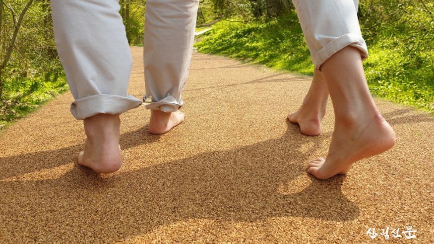 맨발로걷는모습.jpg