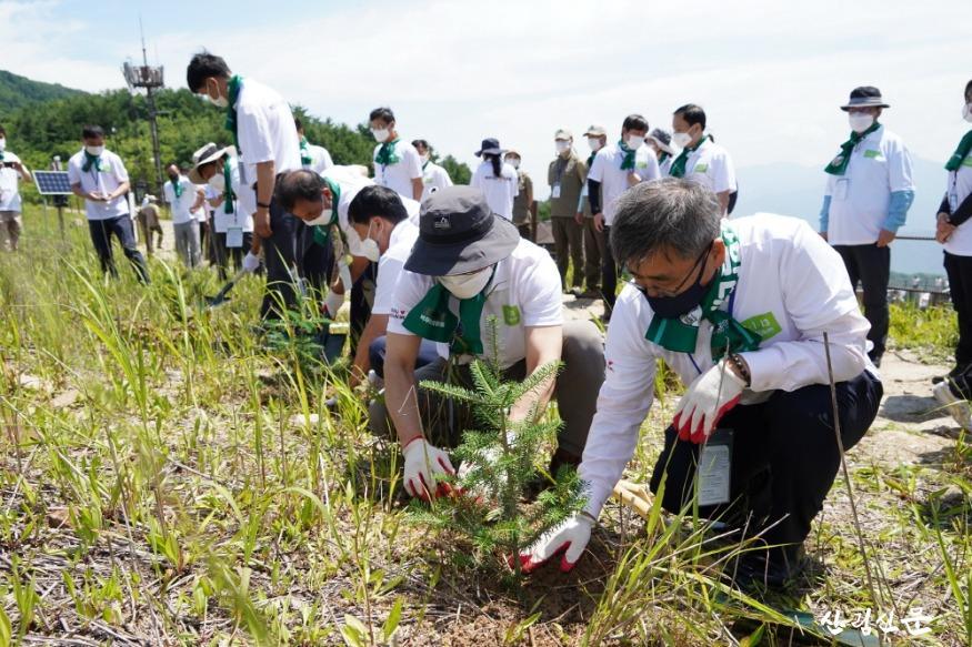 사진1_남태헌 산림청 차장(오른쪽 첫번째) 백두대간 사랑 운동 캠페인 참석 구상나무를 심고 있다.JPG