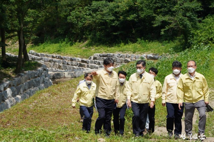 사진2_최병암 산림청장(가운데) 장마철 대비 사방사업지 현장 점검.JPG