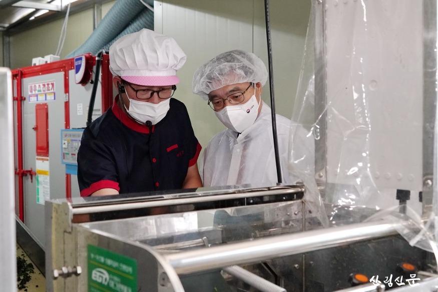사진3_최병암 산림청장(오른쪽) 임산물(산나물 ) 수출 가공 공장 방문 가공시설 참관.JPG