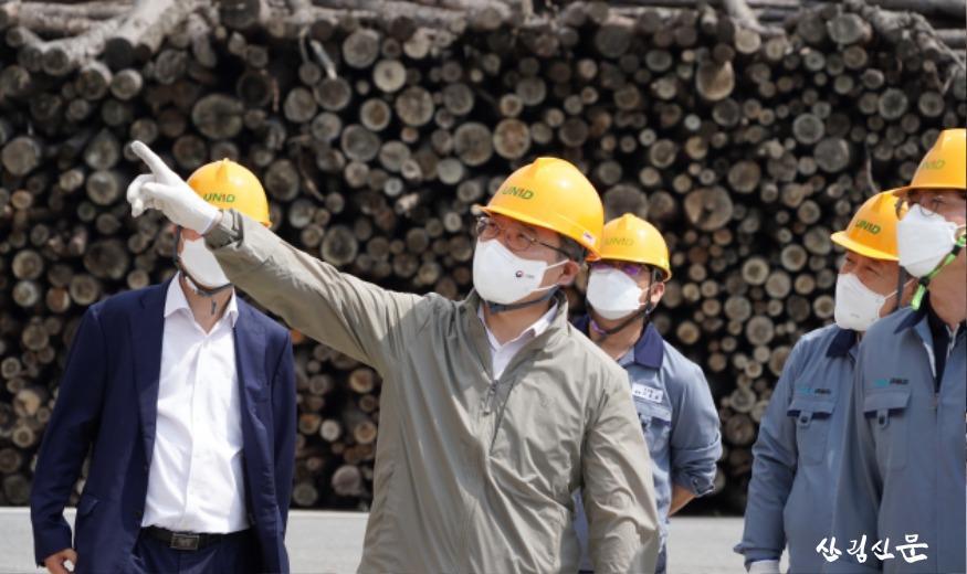 사진1_최병암 산림청장(가운데) 목재산업체 방문.JPG