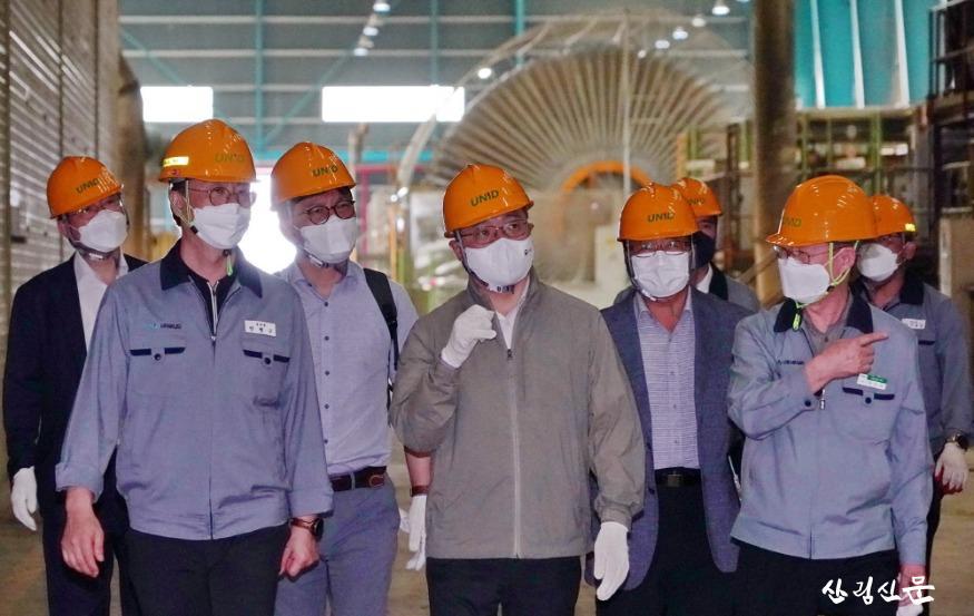 사진3_최병암 산림청장(가운데) 목재산업체 방문.JPG