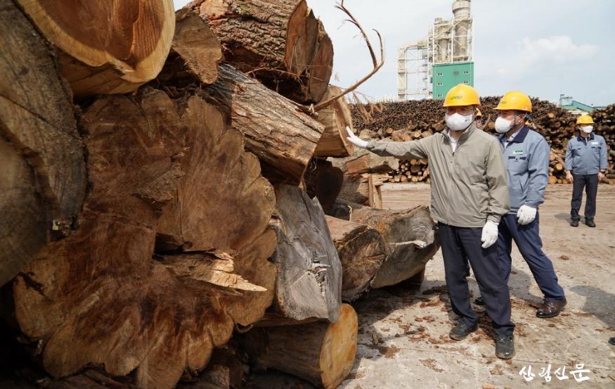 사진4_최병암 산림청장(왼쪽) 목재산업체 방문.JPG