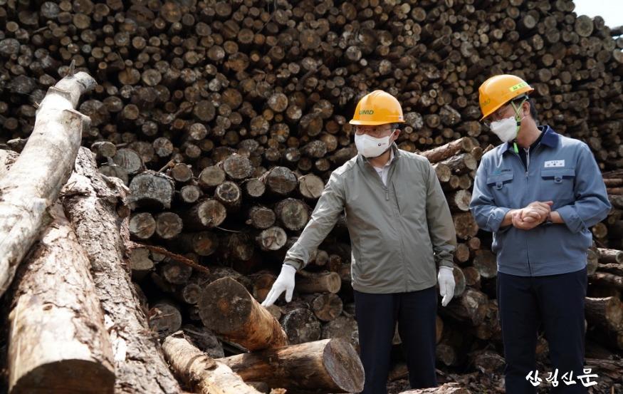 사진5_최병암 산림청장(왼쪽) 목재산업체 방문.JPG