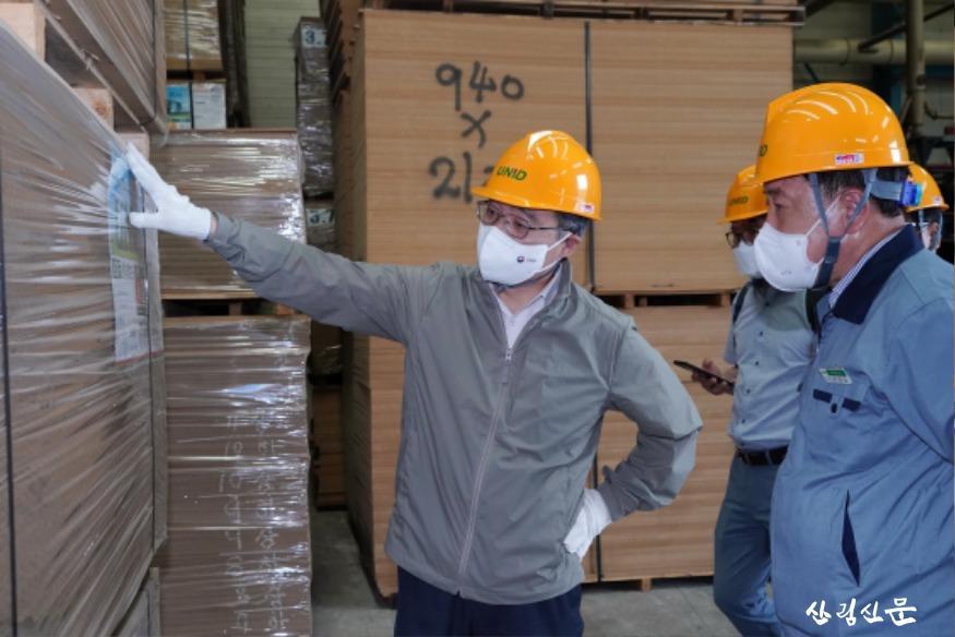 사진6_최병암 산림청장(왼쪽) 목재산업체 방문.JPG