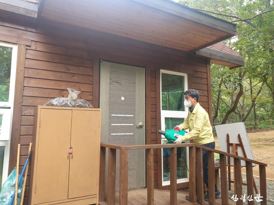 진해유아숲체험원 시설을 방역, 소독하 고 있는 조병철 남부지방산림청장.jpg