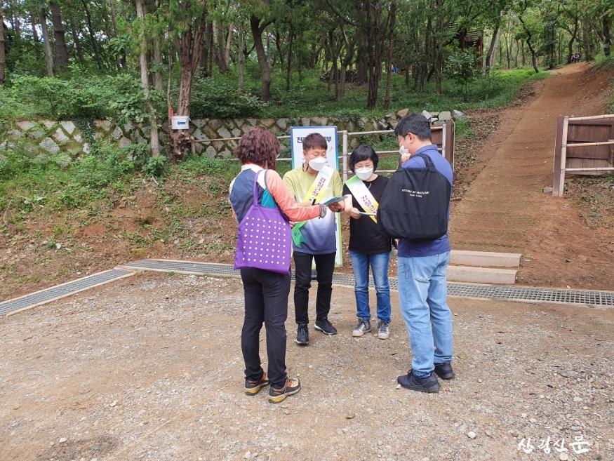 갑질근절  청렴 문화 확산 캠페인을 벌이고 있는 남부지방산림청직원들.jpg