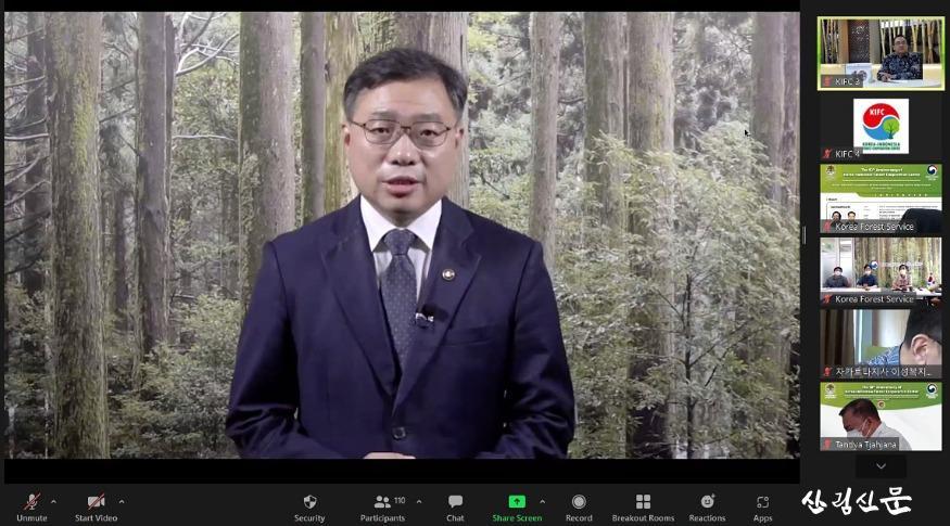 사진1_최병암 산림청장이 한-인니 산림협력센터  10주년 기념식에서 개회사를 하고 있다..jpg
